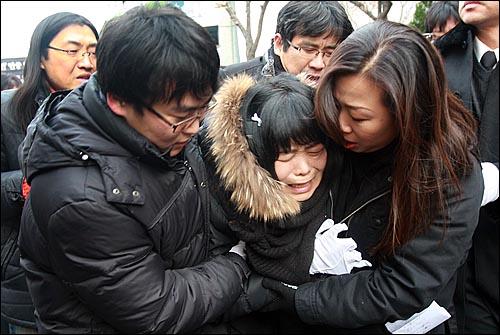용산참사 희생자들의 장례식이 참사 발생 355일 만에 거행된 9일 오전 서울 한남동 순천향병원에서 열린 발인식에서 영정을 앞세운 시신이 운구차로 옮겨지자 고 윤용현씨 부인 유영숙씨가 오열하고 있다.