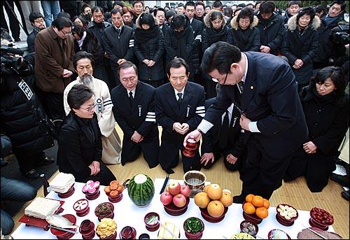 용산참사 희생자들의 장례식이 참사 발생 355일 만에 거행된 9일 오전 서울 한남동 순천향병원에서 열린 발인식에서 정세균 민주당 대표와 강기갑 민주노동당 의원, 진보신당 대표가 참석해 고인들의 넋을 위로하고 있다.