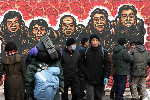 9일 오후 서울역광장에서 열리는 용산참사 희생자 영결식에 철거민 5명의 얼굴을 담은 대형 '부활도'가 놓여 있다.