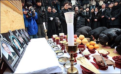 용산참사 희생자들의 장례식이 참사 발생 355일 만에 거행된 9일 오전 서울 한남동 순천향병원에서 열린 발인식에서 유가족들이 고인들의 넋을 위로하며 절하고 있다.