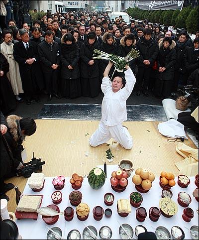 용산참사 희생자들의 장례식이 참사 발생 355일 만에 거행된 9일 오전 서울 한남동 순천향병원에서 열린 발인식에서 유가족들과 시민들이 고인들의 넋을 위로하는 살풀이를 지켜보고 있다.