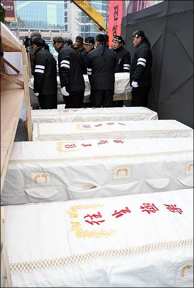 9일 오후 용산참사 희생자 영결식이 열린 서울역광장에 고인들의 시신 다섯 구가 운구되고 있다.
