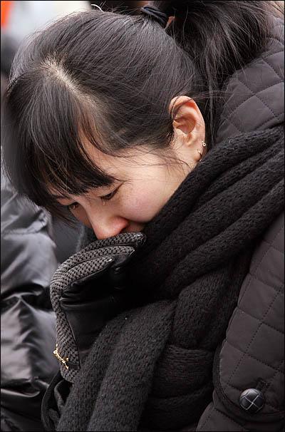 용산참사 희생자 유족들이 9일 오후 서울역광장에서 열린 영결식에서 각계인사들의 조사를 들으며 눈물을 흘리고 있다.