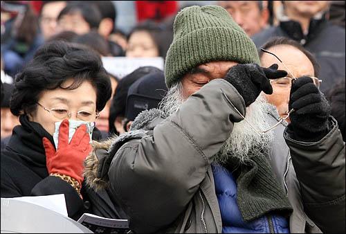 9일 오후 서울역광장에서 열린 용산참사 희생자 영결식에 참석한 문정현 신부가 눈물을 훔치고 있다. 왼쪽은 한명숙 전 총리.