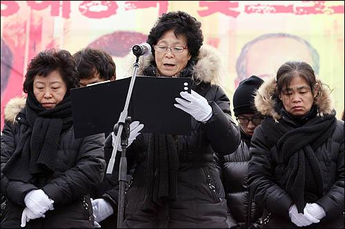 용산참사 희생자 유족들이 9일 오후 서울역광장에서 열린 영결식에서 유족인사를 하고 있다.