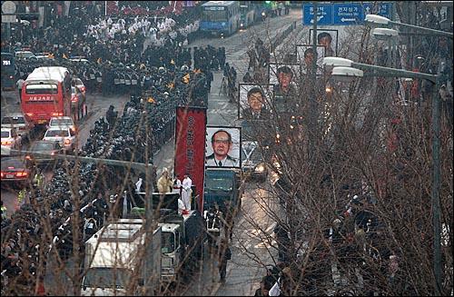 용산참사 희생자들의 영결식을 마친 운구행결이 9일 오후 서울 한강로 남일당 참사현장으로 향하고 있다.