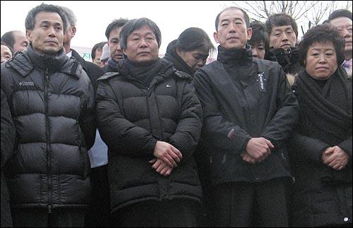 11일 오후 3시 이종회·박래군 범대위 공동집행위원장, 남경남 전철연(왼쪽부터) 의장 등 용산참사 관련 수배자 3인이 경찰에 자진출두하면서 명동성당 들머리에서 기자회견을 열고 있다.