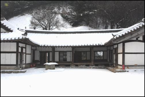 이자 고택 경기도 용인시 기흥읍 지곡리에 소재한다. 현재 경기도 민속자료 제10호로 지정이 되어있다.