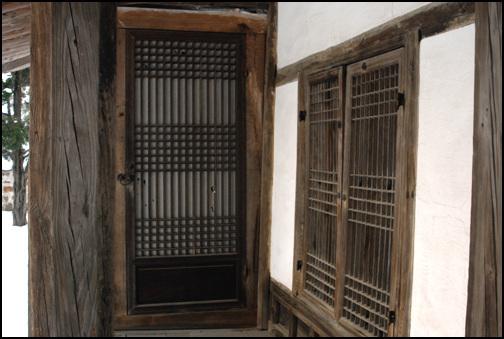 청방 이자 고택은 사랑채의 남서쪽 모서리 마루방을 사당으로 꾸몄다.  좌측 문을 열고 들어서면 마루를 놓아 사당방으로 사용했다.