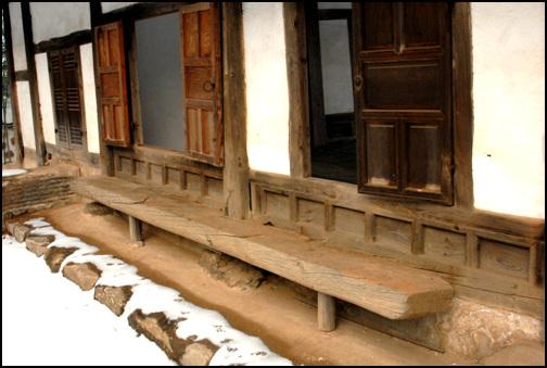 툇마루 안채의 대청 뒤에 놓은 툇마루. 마루를 놓지 않고, 두터운 목재를 이용해 툇마루를 놓았다. 이자 고택의 또 하나의 아름다움이다.