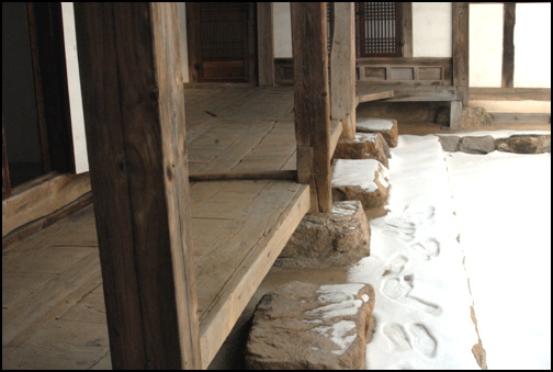 주추 안채의 주춧돌. 정형화 하지 않은 네모난 자연석을 사용해 주추를 놓았다. 그 흐트러짐이 여유롭다.