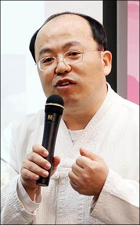 최근 '모바일 혁명이 만드는 비즈니스 미래지도'를 펴낸 김중태 IT문화원 원장이 12일 저녁 서울 상암동 오마이뉴스 대회의실에서 강의하고 있다.
