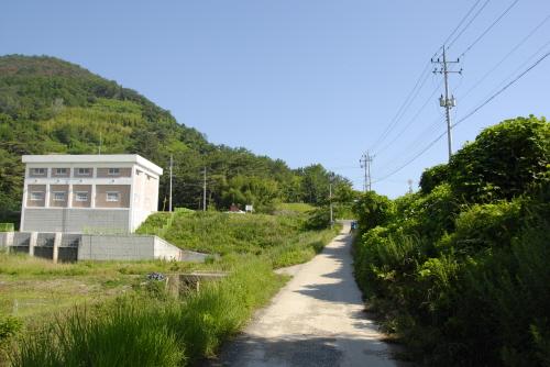 창녕 비봉리패총 발굴이 끝난 이후 현장을 덮어버렸기에 지금은 유적이 어디인지 분간하기 어렵다. 이곳은 한국에서 발견된 최초의 저습지 유적으로 역사적 가치가 크다(사적 제486호).