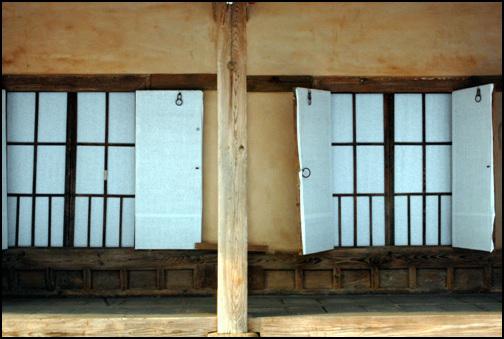 창호 이주국 장군 고택의 모든 문은 겹문으로 되어 있다. 안쪽의 문은 범살창으로 간단하게 처리했다.