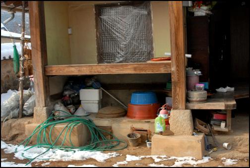건넌방 안채의 건넌방 앞에 반칸을 달아내어 높은 마루를  깔았다. 그리고 그 밑에 아궁이를 드렸다.