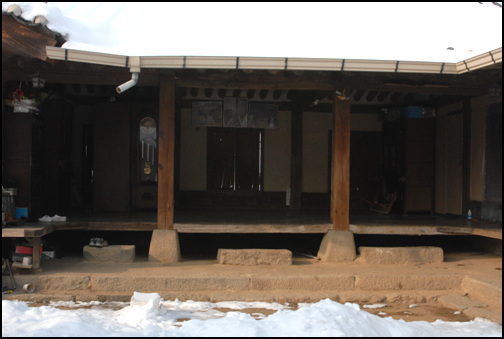 대청 세칸의 넓은 대청. 기단이나 툇돌, 주춧돌 등이 모두 잘 다듬어진 석재를 사용하고 있다.
