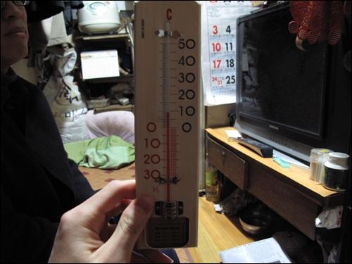 쪽방촌의 실내온도는 영상 10도 아래다. 겨울철 실내적정온도는 18~20도, 이명박 대통령도 내복을 입는다는 청와대 실내온도는 19도다.