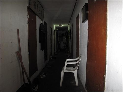 동자동 쪽방촌의 복도. 어두컴컴하고 비좁다. 층마다 10가구 정도가 1평 방에서 살림을 꾸리고 있다.