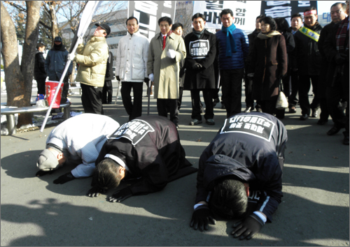 '세종시 수정안 저지를 위한 침묵의 삼보일배'를 시작한 김원웅 전 의원.