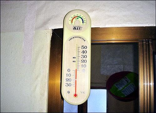 박연순 할머니의 방 안은 보일러를 틀었지만 온도가 영상 3도였다.