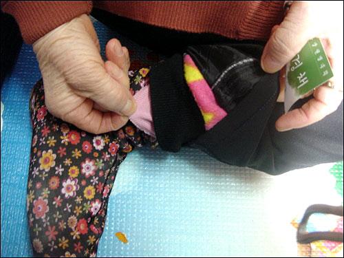 홍영필 할머니(82·신림6동)가 방 안에서도 겹겹이 껴 입은 옷을 보여주고 있다.