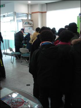성산 2동 주민센터에서 희망근로 신청자들이 자신의 차례를 기다리고 있다.
