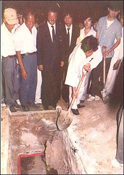 지난 1988년 6월 6일 마석 모란공원에서 있었던 박래전 열사 안장식. 하관 후 백기완 선생이 관 위로 흙을 뿌리고 있다.