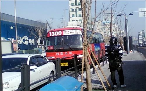 서울역에서 인천으로 향하는 삼화고속 1300번 버스. 16일 오후 합정역 근처 도로에서 중앙버스전용차로를 이용하지 못한 채 교통체증으로 복잡한 일반차로를 달리고 있다.