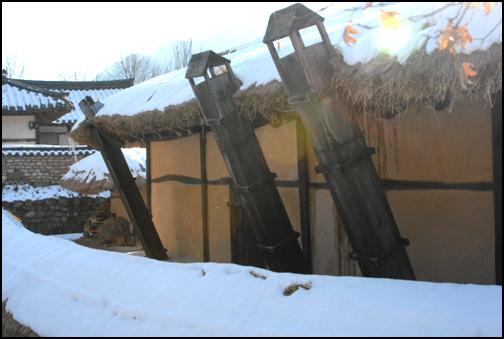 굴뚝 명오리 고가는 모든 굴뚝이 네모난 판자굴뚝이다. 이 굴뚝이 초가를 더욱 여유롭게 만들어 준다.