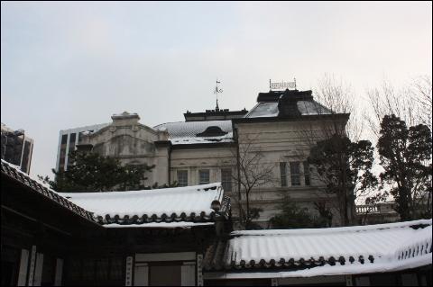 운현궁 운현궁 뒷편에 일본식 건물이 보인다. 운현궁을 감시하기 위해 지은 것이라고 한다