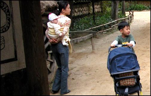 업은 아이 아이를 업은 어머니. 이렇게 업고 자장가를 들려주면 아이들이 정을 느끼게 올곧게 자란다고 한다.