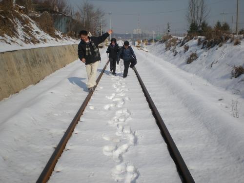 교외선 철길 아이들처럼 동심으로 돌아가 철로 위를 비틀비틀 걸었습니다.