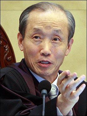 이용훈 대법원장이 21일 오후 서울 서초동 대법원에서 열린 '사립학교 종교 자유' 관련 상고심 공개 변론을 진행하고 있다.