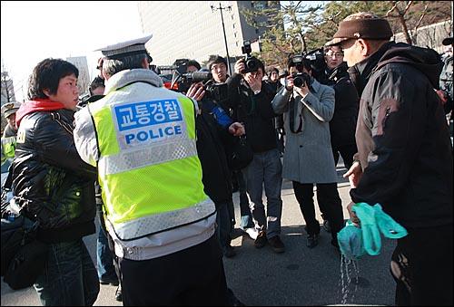 21일 오후 서초동 서울중앙지법 앞에서 열린 '이용훈 대법원장과 문성관 판사 사퇴 촉구 기자회견' 중 한 보수단체 회원이 취재를 하고 있던 MBC 카메라 기자에게 휘발유를 뿌리고 있다.