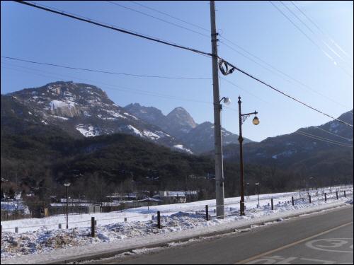 북한산성 북한산성계곡 입구에서 바라다 보이는 원효봉, 백운대, 노적봉. 군더더기 하나 없이 매끄럽게 뾰족한 봉이 노적봉이다.