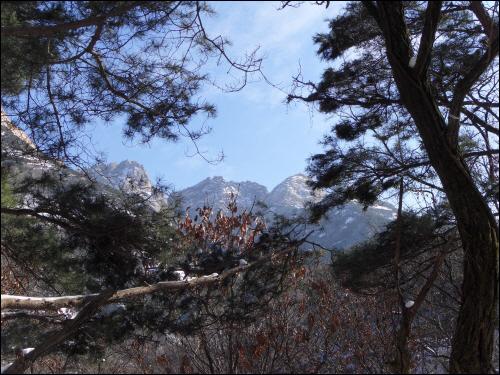 북한산성 길을 따라 걸을 수록 앞 봉에 가려 보이지 않던 봉들이 새롭게 나타나고 했다.