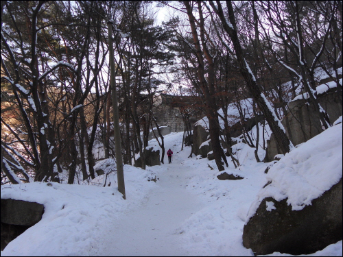 북한산성 중성문으로 들어가기 전부터 산길은 눈으로 덮여 있었다.