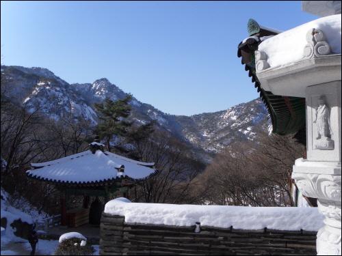 북한산성 노적사에서 바라다본 의상능선. 국녕사라는 절이 능선 품안에 폭 파묻혀 있었다.