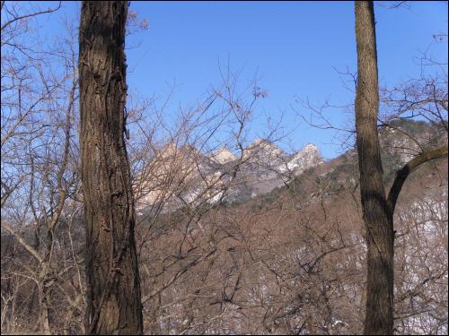 북한산성 행궁지에서 바라다본 왼쪽부터 백운대, 인수봉, 만경대. 삼각산의 삼형제가 한 눈에 들어왔다.