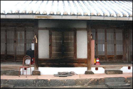 건넌방 이 집의 특징은 안채의 건넌방이 돌출이 되어 안방과 사랑방을 구분하고 있다는 점이다.