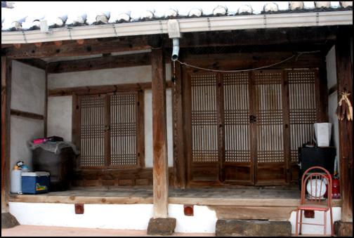 사랑 건넌방을 지나 두 칸으로 꾸며진 사랑은 한 칸은 마루방으로 하고, 끝의 방은 북쪽에 감실을 낸 사당으로 사용한다.