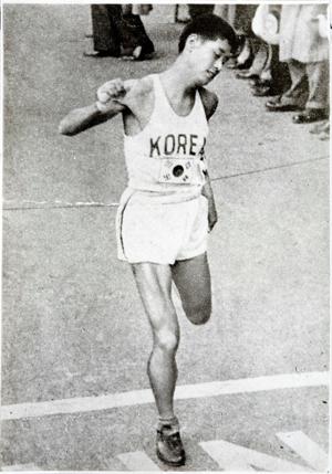 1950년 보스턴 마라톤대회에서 함기용 선수가 1위로 결승선을 통과하는 모습.