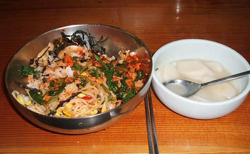 절밥 비빔밥과 떡국이 이날 점심 메뉴였다. 산행이 고달펐는지 아주 맛있었다.