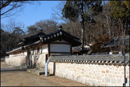담장 돌로 쌓은 외곽 담장이 아름다운 효종대왕릉의 재실