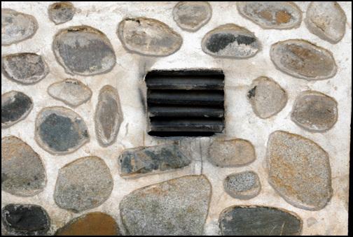구멍 외곽 담벼락에 난 이 구멍들이 바로 연기가 빠지는 굴뚝이다. 이 담방 안에 연도가 숨어있다.