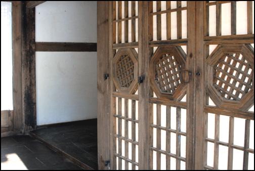 창호 안양청의 방문. 특이한 창호를 두어 아름답다. 반은 방을 드리고, 나머지는 마루를 깔았다.