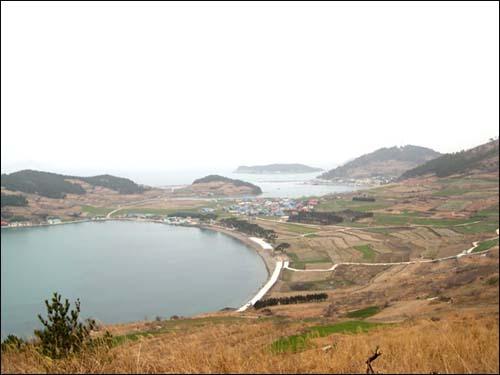 청산도 서편제 촬영지 언덕배기에서 내려다 본 도락리 해변. 청산도는 테마 섬여행 Best 15 중 답사기행 부문에 선정됐다.