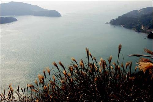 사량도 지리산 옥녀봉에서 내려다 하도와 상도 사이의 해협. 삽시도는 테마 섬여행 Best 15 중 트레킹 부분에 선정됐다.