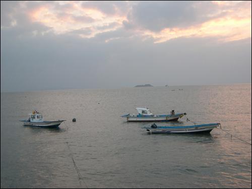삽시도 일출의 바다와 평화로운 어선. 삽시도는 테마 섬여행 Best 15 중 바다체험 부분에 선정됐다.