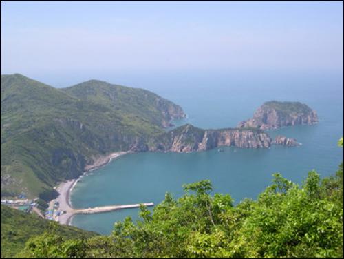 홍도 선착장 고갯길을 넘어가며 만나는 아름다운 해변. 홍도는 테마 섬여행 Best 15 중 비경탐방 부분에 선정됐다.